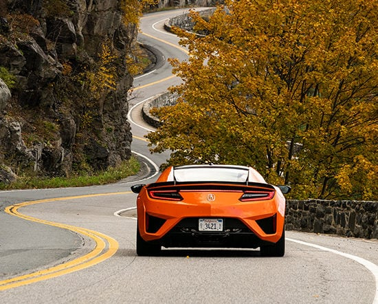 Acura NSX 2019 en Thermal Orange en una autopista de montaña